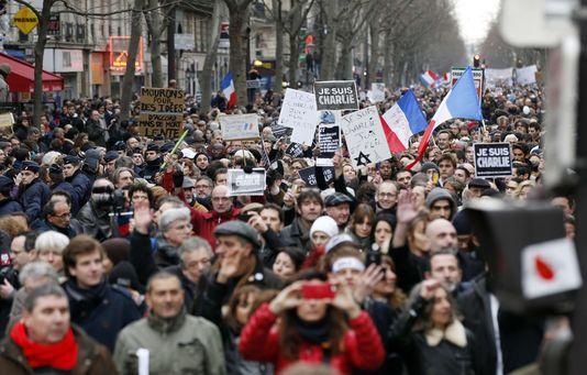 4554057_6_1f53_des-manifestants-brandissent-des-pancartes-je_904bcaedc951be5ee6044840f061ef10