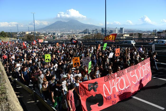 ++ Sciopero: manifestanti bloccano Tangenziale Napoli ++